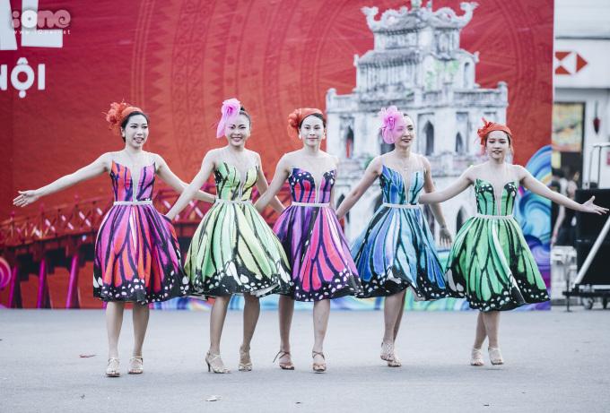 <p> Những vũ công đến từ Việt Nam.</p>