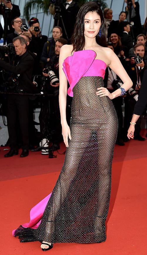 Sui He gây chú ý nhất thảm đỏ LHP Cannes 2019 ngày thứ năm với bộ trang phục táo bạo. Dưới ánh đèn flash, chiếc đầm của người đẹp trở nên trong suốt, khoe toàn bộ đường cong cơ thể, lộ cả nội y màu nude.