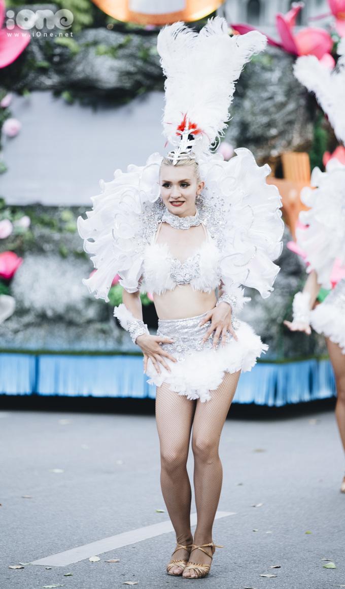 <p> Các nghệ sĩ trong trang phục sặc sỡ, vừa di chuyển vừa nhún nhảy điêu luyện.</p>