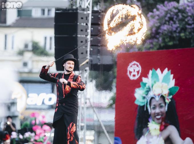 Nghệ sĩ đường phố khuấy động phố đi bộ Hà Nội