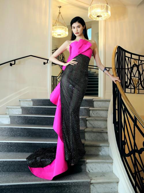 Trong hình ảnh được chụp dưới ánh đèn không quá mạnh, trang phục của Sui He bớt phần gợi cảm. Tuy nhiên bộ đầm này vẫn bị chê sến so với phong cách sang trọng thường lệ của người đẹp.