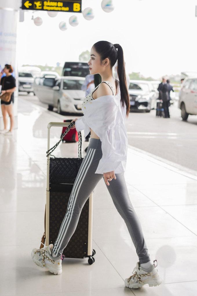 <p> Trước khi đăng quang Hoa hậu Áo dài Việt Nam, Tuyết Nga từng cho ra mắt một số sản phẩm âm nhạc như <em>Mơ duyên, Mẹ, Chờ người</em>... Cô vào top 10 dòng nhạc dân gian tại cuộc thi <em>Sao Mai 2017.</em></p>