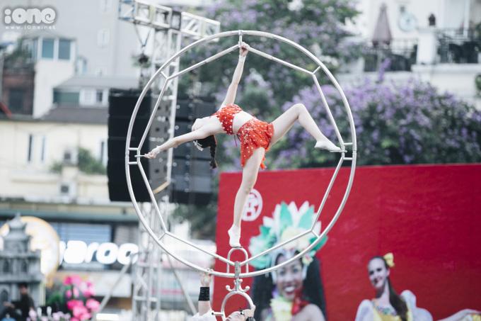 <p> Carnival năm nay có những màn trình diễn nghệ thuật hấp dẫn như múa múa trống, múa lửa, xiếc...</p>
