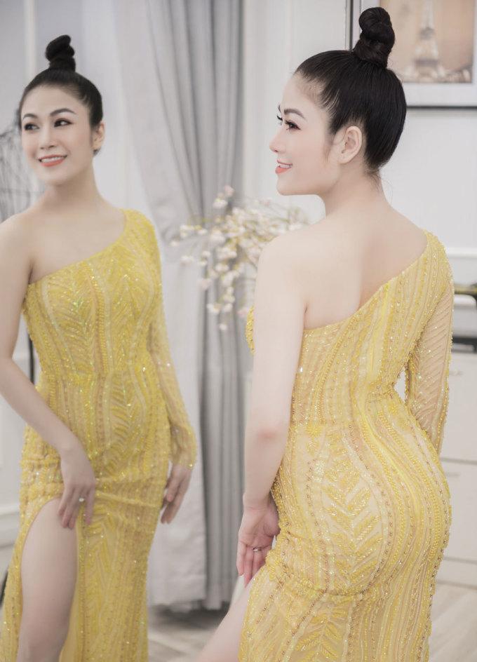 """<p> """"Trang phục tôi sẽ mặc trên thảm đỏ là một bộ váy đặc biệt do NTK Hà Duy thiết kế riêng. Phía trước thêu hình phượng hoàng, phần cổ áo có kiểu dáng cách tân của tà áo dài Việt Nam. Tà sau được thêu hình ảnh hoa sen. Tôi nghĩ rằng, khi ai đó nhìn vào bộ váy của tôi trên thảm đỏ sẽ biết ngay tôi đến từ Việt Nam"""", Tuyết Nga cho biết.</p>"""