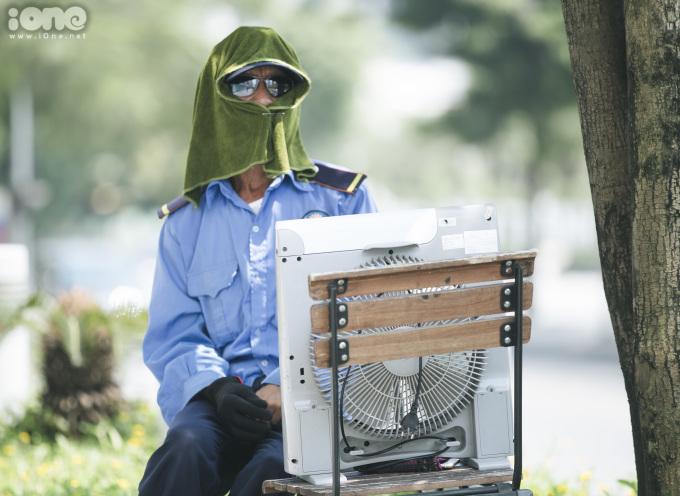 <p> Một bảo vệ trên đường Hoàng Minh Giám.</p>
