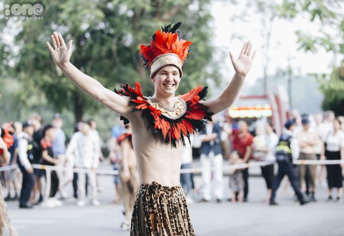 <p> Tại bất kỳ điểm biểu diễn nào, đoàn diễu hành cũng khuấy động không khí bằng những điệu nhảy đẹp mắt.</p>