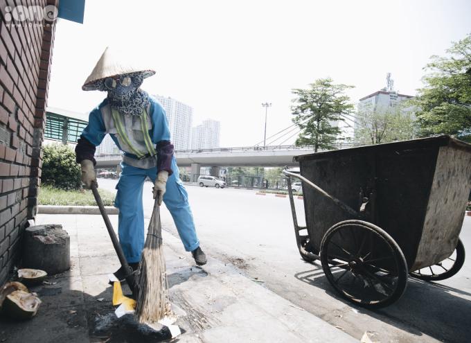"""<p> """"Công việc của tôi bắt đầu từ 10h đến 18h, làm đúng vào giữa trưa nắng hơn 40 độ C khiến các chị em rất mất sức, càng mùa hè thì càng nhiều rác nên vất vả hơn"""", chị Trần Hồng Vân (Công ty môi trường và đô thị Hà Nội, chi nhánh Đống Đa) chia sẻ.</p>"""