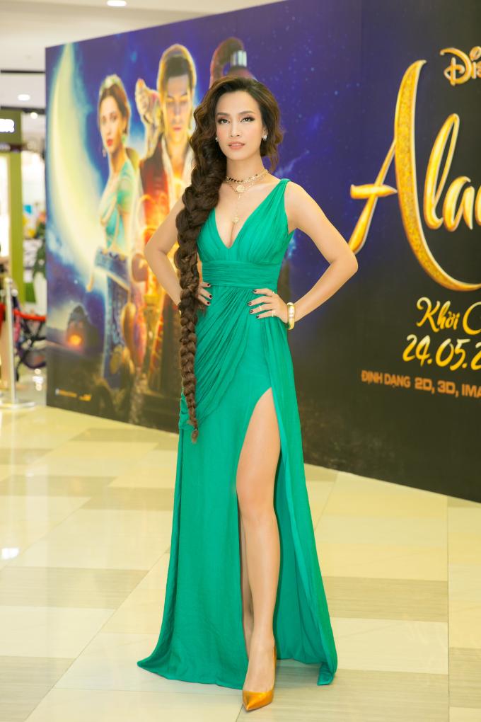 """<p> Ngày 18/5, Ái Phương dự ra mắt phim """"Aladdin"""" tại TP HCM. Cô hóa thân thành """"công chúa Jasmine"""" với bộ trang phục đậm chất Ba Tư.</p>"""