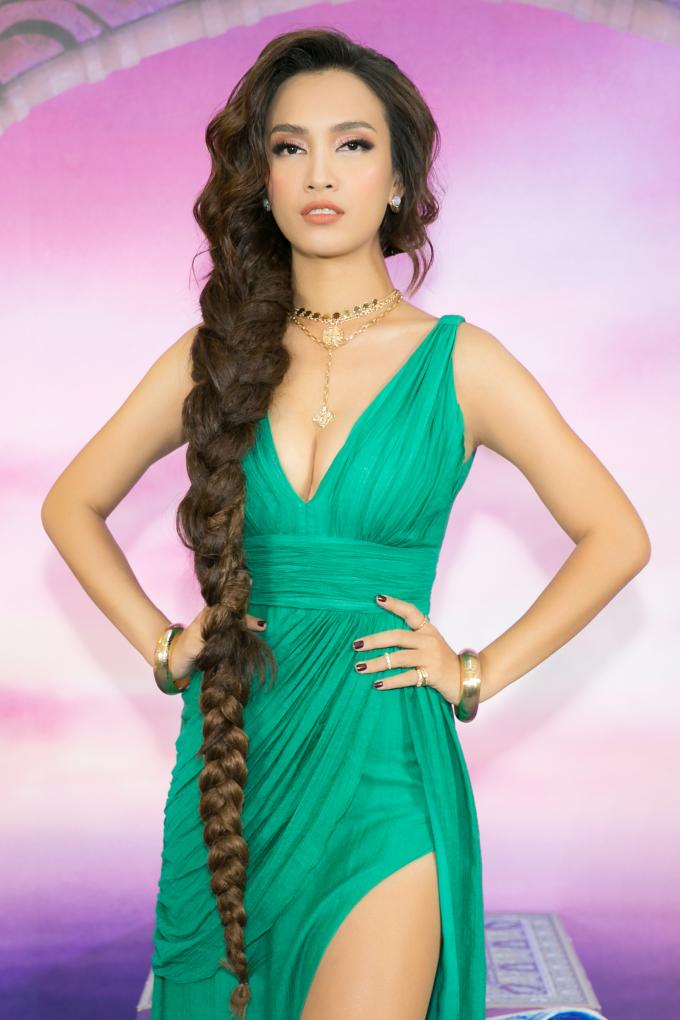 """<p> Hình ảnh lạ lẫm, gợi cảm của Ái Phương gây chú ý. Nữ ca sĩ cho biết đã cùng ê-kíp đã nghiên cứu nhiều về hình ảnh của công chúa Jasmine. Họ cố gắng tìm kiếm trang phục, layout trang điểm phù hợp để gợi lên không khí của bộ phim nhất.</p> <p> Điểm nhấn còn đến từ lay-out tóc mô phỏng gần đúng kiểu tóc của công chúa Jasmine. Nữ ca sĩ tiết lộ: """"Phương và Kuny Lee gần như đã vật lộn suốt nhiều giờ với nó. Đây là kiểu tóc đòi hỏi nhiều lớp tóc để tạo độ phồng, cùng kiểu thắt bính phần đuôi. Nó còn khá nặng và gây bất tiện cho việc di chuyển"""".</p>"""