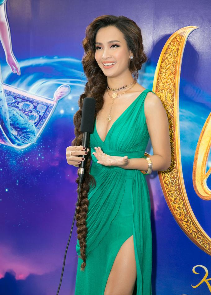 """<p> Ở dự án này, Ái Phương còn nhận lời đảm nhận lồng tiếng cho nhân vật Jasmine. Nữ ca sĩ tiết lộ khi thấy đại diện bộ phim """"Aladdin"""" ở Việt Nam đăng thông tin casting lồng tiếng nên đã liều mình đăng ký.<br /> """"Ngày đầu tiên bước vào phòng lồng tiếng, mọi người cạn lời với Phương vì quá chậm. Mình đã phải đấu tranh nhiều giữa chuyện tiếp tục việc lồng tiếng hoặc bỏ cuộc. Dự án này đòi hỏi không chỉ tiếng nói khớp với cảm xúc lẫn thái độ của nhân vật, mà còn phải thể hiện được những đoạn kịch tính trong nội tâm thông qua những bài hát"""", Ái Phương tâm sự.</p>"""