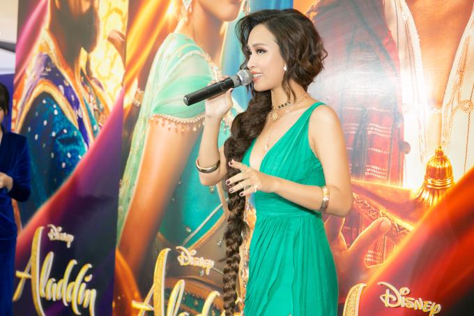 """<p> Tại sự kiện, Ái Phương còn tự tin khoe giọng khi hát chay đoạn điệp khúc """"A Whole New World"""" được sử dụng trong phim.</p>"""