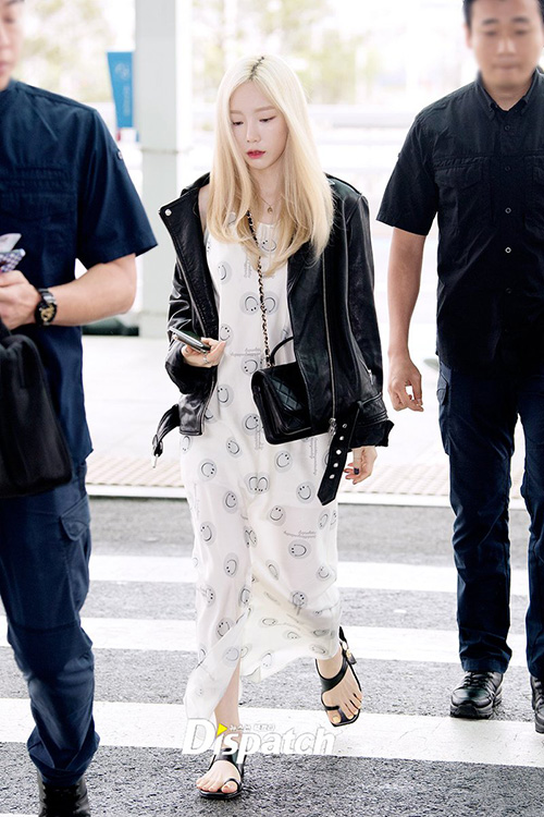 Chiều 19/5, Tae Yeon lên đường đến Đài Loan. Nữ ca sĩ diện váy 2 dây,khoác thêm áo da cá tính.