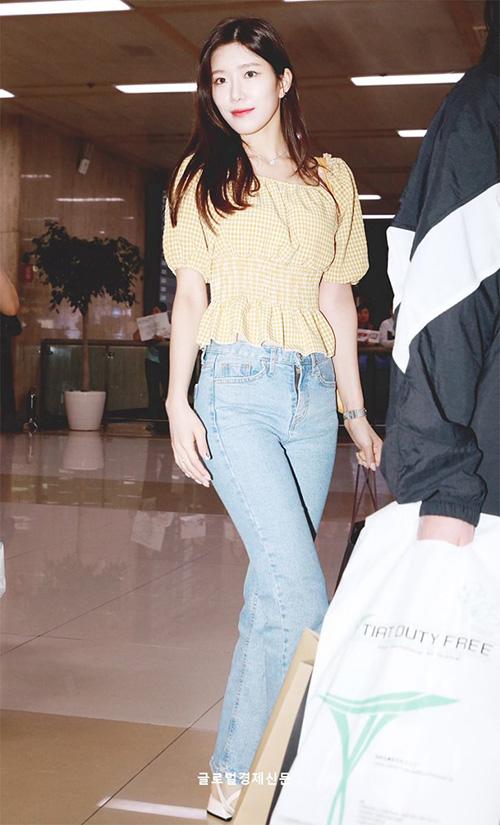 Cô nàng Da Won thu hút ống kính nhờ vòng eo nhỏ.
