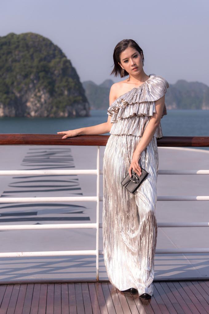 <p> Hoàng Yến Chibi khoe style trưởng thành với bộ jumpsuit ánh bạc chi tiết xếp tầng cầu kỳ của NTK Hà Nhật Tiến.. Cô trang điểm đậm, toát lên vẻ sang chảnh.</p>