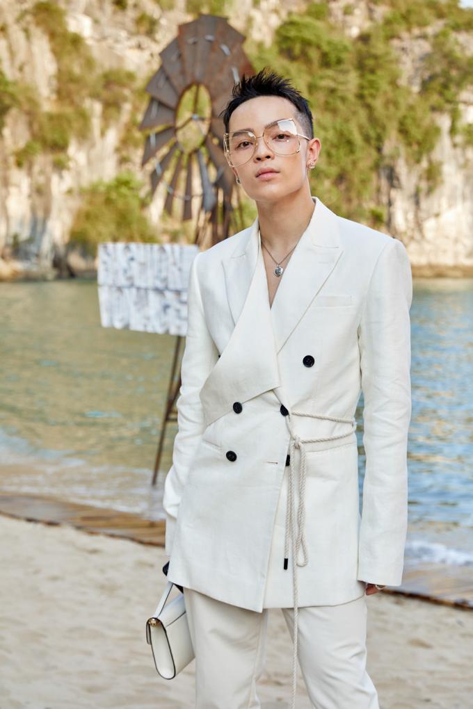 """<p> Stylist Kelbin Lêchọn set đồ phong cách white-on-white, """"phủ"""" tông trắng từ quần áo đến phụ kiện.</p>"""