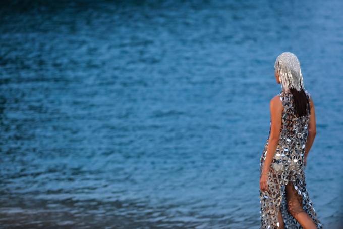 <p> Trình diễn trên sàn catwalk là bãi cát trắng dọc theo đảo Bàn Chân thuộc Vịnh Hạ Long, Minh Tú một lần nữa chứng minh đẳng cấp với những sải bước mê hoặc, thần thái cuốn hút.</p>