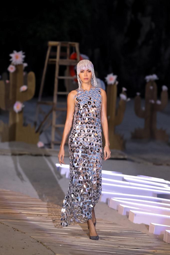 """<p> Ngày 18/5, Minh Tú tham gia show diễn """"Fashion Voyage"""" mùa 2 ở Vịnh Hạ Long. Cô được chọn kết show trong BST của NTK Hà Nhật Tiến.</p>"""