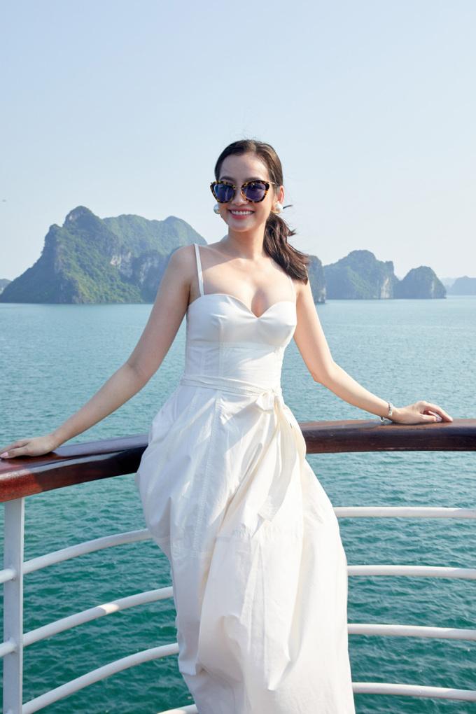 <p> Người đẹp Trương Tri Trúc Diễm gợi cảm với váy hai dây, thả dáng giữa biển trời xanh biếc.</p>