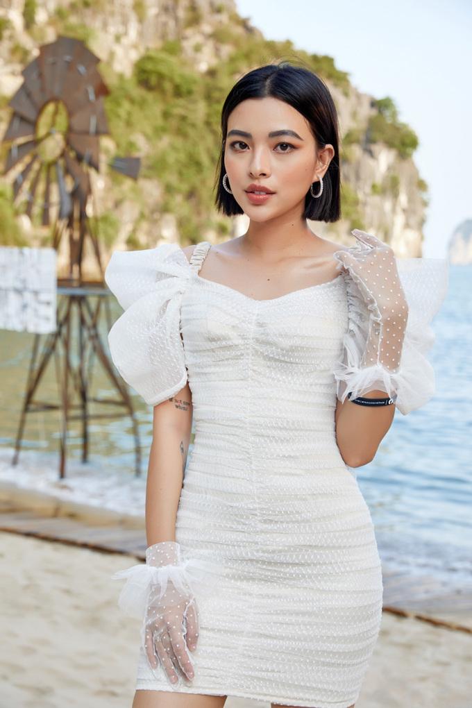 <p> Tú Hảo có phần cổ điển với váy lưới ôm sát. Chi tiết bèo nhún ở vai và bao tay đồng điệu thêm phần nữ tính.</p>