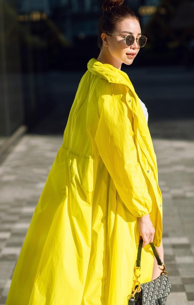 <p> Cô tạo thêm điểm nhấn với chiếc áo khoác dài chất liệu không thấm nước, phù hợp trong những ngày mưa.</p>
