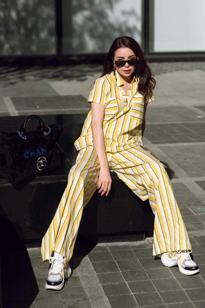 <p> Trà Ngọc Hằng thích diện quần suông rộng hay chân váy chữ A được phối cùng những chiếc áo sơ mi hay áo thun.</p>
