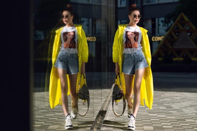 <p> Sở hữu đôi chân dài, trong tủ đồ của cô không thể thiếu chiếc quần short cạp cao, thường được kết hợp với áo thun.</p>