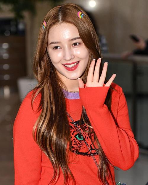 khi xuất hiện tại sân bay Gimpo, Hàn Quốc, nữ idol sinh năm 2000 lại bất ngờ cho thấy layout makeup kém xinh của mình. Lần này, Nancy mắc 2 lỗi makeup cơ bản: gương mặt bóng dầu và phần da mặt sáng hơn da cổ trông thiếu tự nhiên.