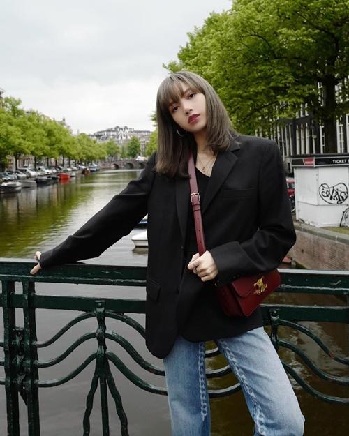 Lisa lên đồ chất lừ, khoe thần thái như người mẫu ở Hà Lan.