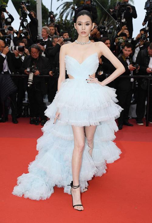 Chân dài Victorias Secret Ming Xi diện đầm xếp tầng lộng lẫy lên thảm đỏ.