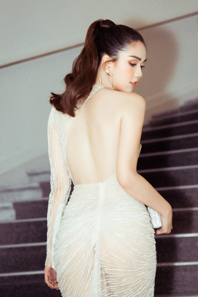 <p> Chiếc đầm xuyên thấu mỏng manh khiến người đẹp lộ vòng ba.</p>