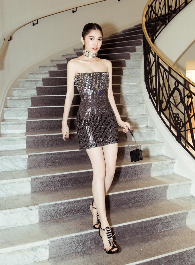 <p> Nữ diễn viên Quỳnh Hương thu hút với bộ đầm ánh kim của NTK Chung Thanh Phong.</p>