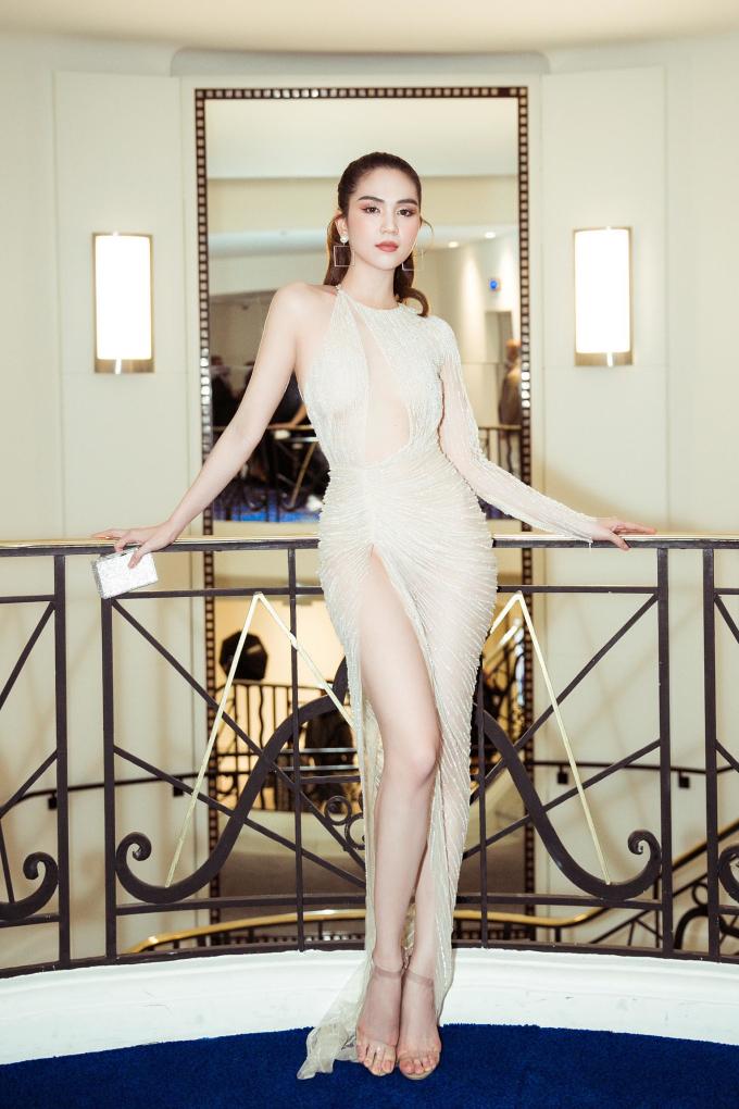 <p> Trong lần đầu tiên dự Cannes, Ngọc Trinh rất hào hứng. Diện bộ đầm xẻ cao ngút ngàn của NTK Lê Thanh Hòa, cô khoe làn da trắng và đôi chân dài.</p>