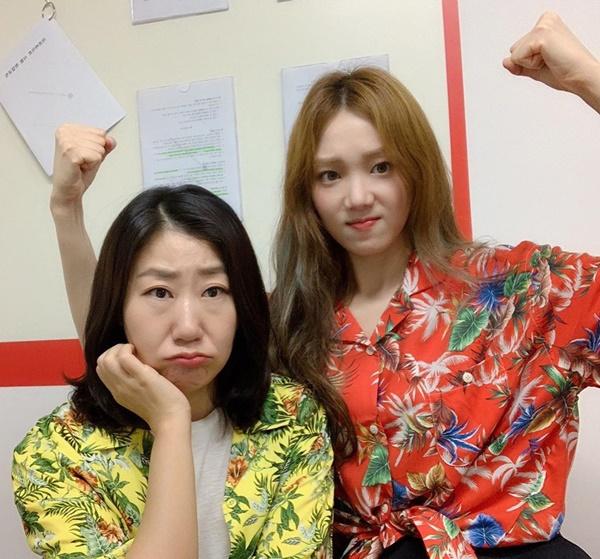 Lee Sung Kyung tạo dáng lực sĩ bên cạnh đàn chị Ra Mi Ran. Hai người kết đôi trong phim điện ảnh Girl Cops.