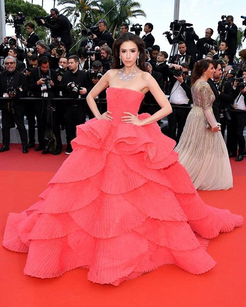 Từng lớp váy xốp nhẹ đan xen như những cánh hoa hồng giúp chị đại của showbiz Thái Lan như bà hoàng trên thảm đỏ.
