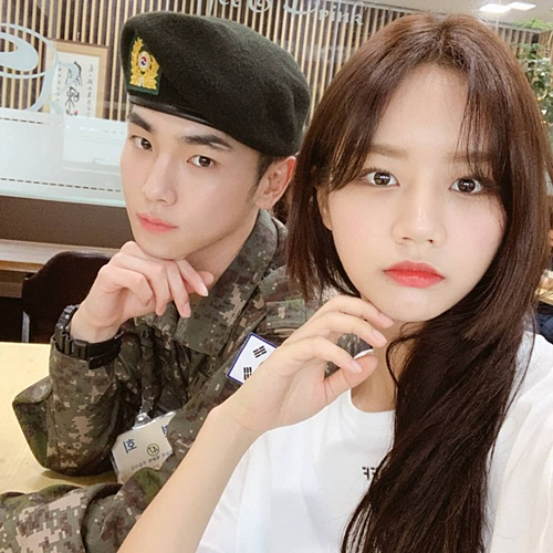 Hye Ri đến thăm Key (SHINee) trong quân ngũ, tạo dáng đồng điệu.