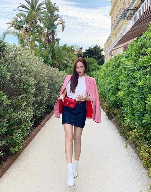 Jessica khoe chân thon dài với cách mix đồ thanh lịch.
