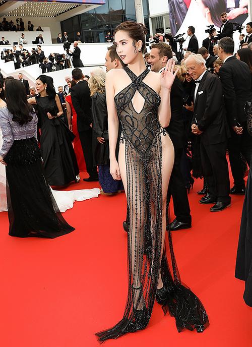 Trang phục này là thiết kế của nhà tạo mẫu Đỗ Long.