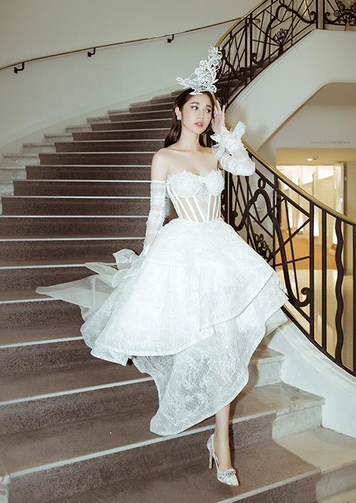 Đàn em của Ngọc Trinh - Quỳnh Hương - cũng có mặt trong LHP lần này. Đây là lần thứ hai người đẹp tham gia Cannes.