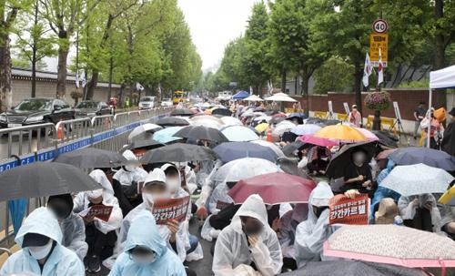 Phụ nữ Hàn tập trung biểu tình bất chấp trời mưa.
