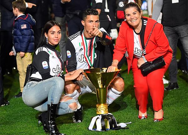 Bạn gái Georgina Rodriguez (trái) cùng mẹ Ronaldo, bàDolores xuống sân chúc mừng siêu sao Bồ Đào Nha. Ảnh: Reuters