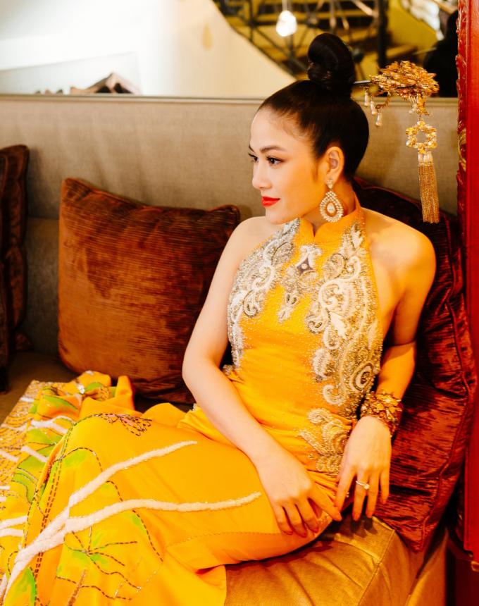"""<p> Phía trước váy thêu hình phượng hoàng. Phần cổ may kiểu cách tân áo dài Việt Nam.""""Tôi là Hoa hậu Áo dài nên luôn muốn mang những vẻ đẹp văn hóa, tinh thần dân tộc vào trang phục mà mình sẽ mặc. Tại Cannes 2019 - sự kiện quy tụ nhiều phóng viên quốc tế, tôi muốn mang những nét văn hóa của dân tộc, đất nước mình đến với bạn bè thế giới"""", Tuyết Nga chia sẻ về lý do lựa chọn thiết kế cách tân của Hà Duy.</p>"""