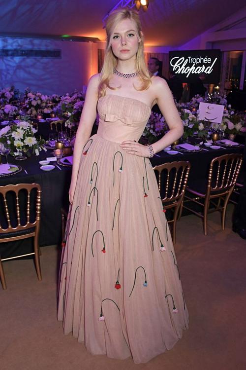 Elle dự sự kiện với chiếc váy cúp ngực màu be, tôn vòng eo nhỏ.