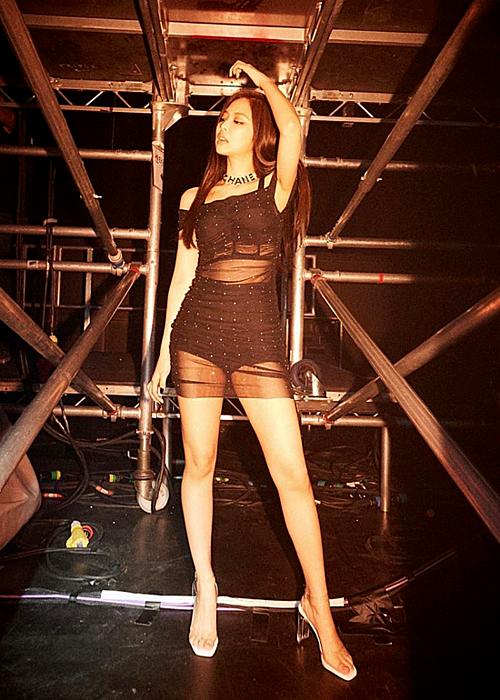 Jennie gây sốt với khoảnh khắc diện váy xuyên thấu sexy - 1