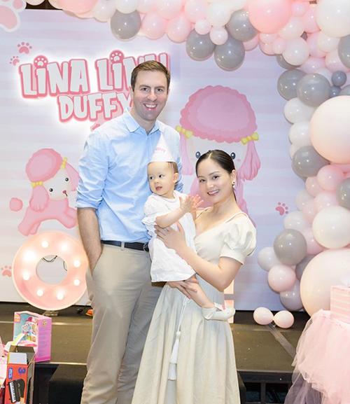 Vợ chồng Lan Phương hạnh phúc mừng sinh nhật 1 tuổi của con gái.