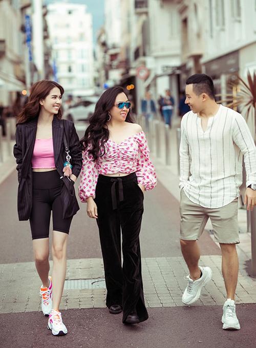 Ngọc Trinh tranh thủ dạo phố cùng Vũ Khắc Tiệp, Phượng Chanel nhân dịp sang Pháp dự LHP Cannes.