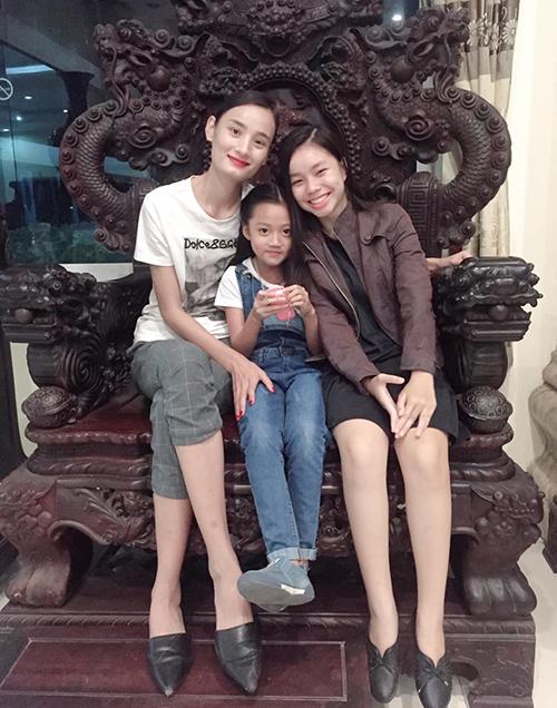 Lê Thúy chia sẻ bức ảnh kỷ niệm chụp cùng hai diễn viên nhí phim Vợ ba và dành nhiều lời cho nữ chính 13 tuổi Trà My (phải).