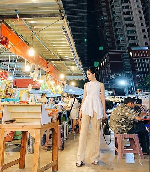 Huyền My mặc đồ hack chiều cao dạo chơi Bangkok.