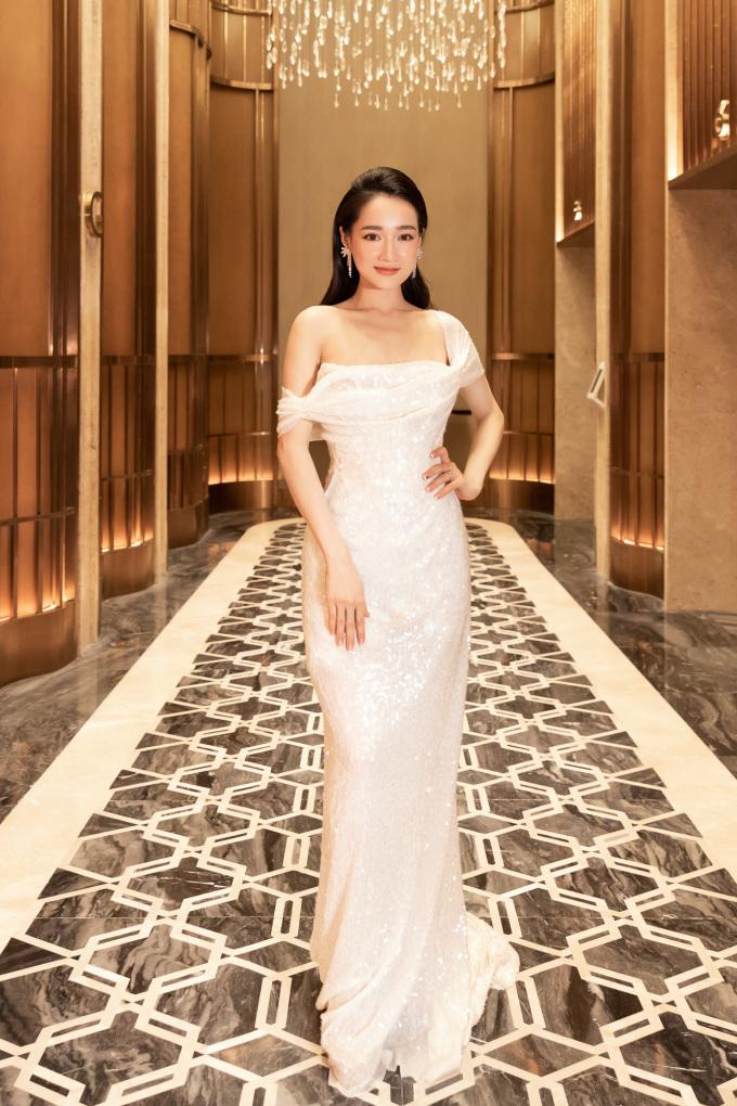 <p> Ngày 20/5, Nhã Phương tổ chức tiệc mừng sinh nhật tuổi 29. Cô diện bộ cánh khoe vai trần.</p>
