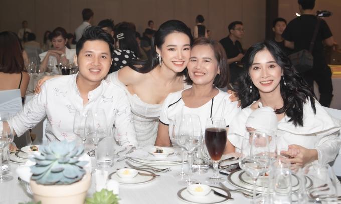 <p> Mẹ Nhã Phương (thứ hai từ phải sang) và em gái (ngoài cùng bên phải) cũng có mặt tại bữa tiệc.</p>