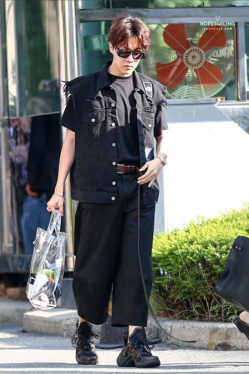 Trong lầnđếnMusic Bank năm 2018,J-Hopekhiến phóng viên và fan phải trầm trồ trước style all black cực chất.Trong set đồ này, anh chàng lựa chọn một chiếc kính Chanel kết hợp với áo phông Balenciaga, áo gile Diese cùng giày Louis Vuitton. Điểm nhấn chính là thắt lưng Vetement được phối theo cách... không ai nghĩ tới.